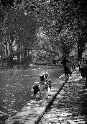 assises au bord du canal