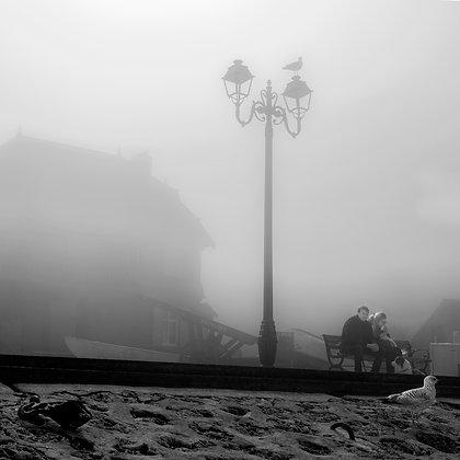 brume sur le quai d'Etretat