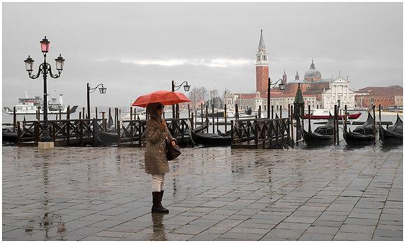 femme au parapluie rouge