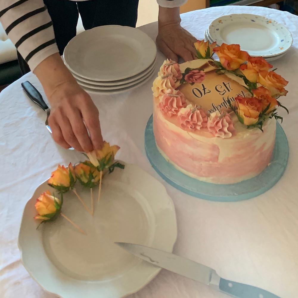 flower arrangement, cvetlice v tortah, rože na torti, kako okrasiti torto z rožami, emazingcreatinos, cvetličar, helenine čarovnije