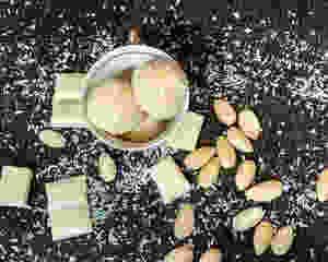 raffaello, rafaelo, kokosove kroglice, kokos, domače rafaelo kroglice, domače rafaelo, bela čokolada, mandlji, olupljeni mandlji, starinski krožnik, skodelica, domače, brez peke, puding, smetana