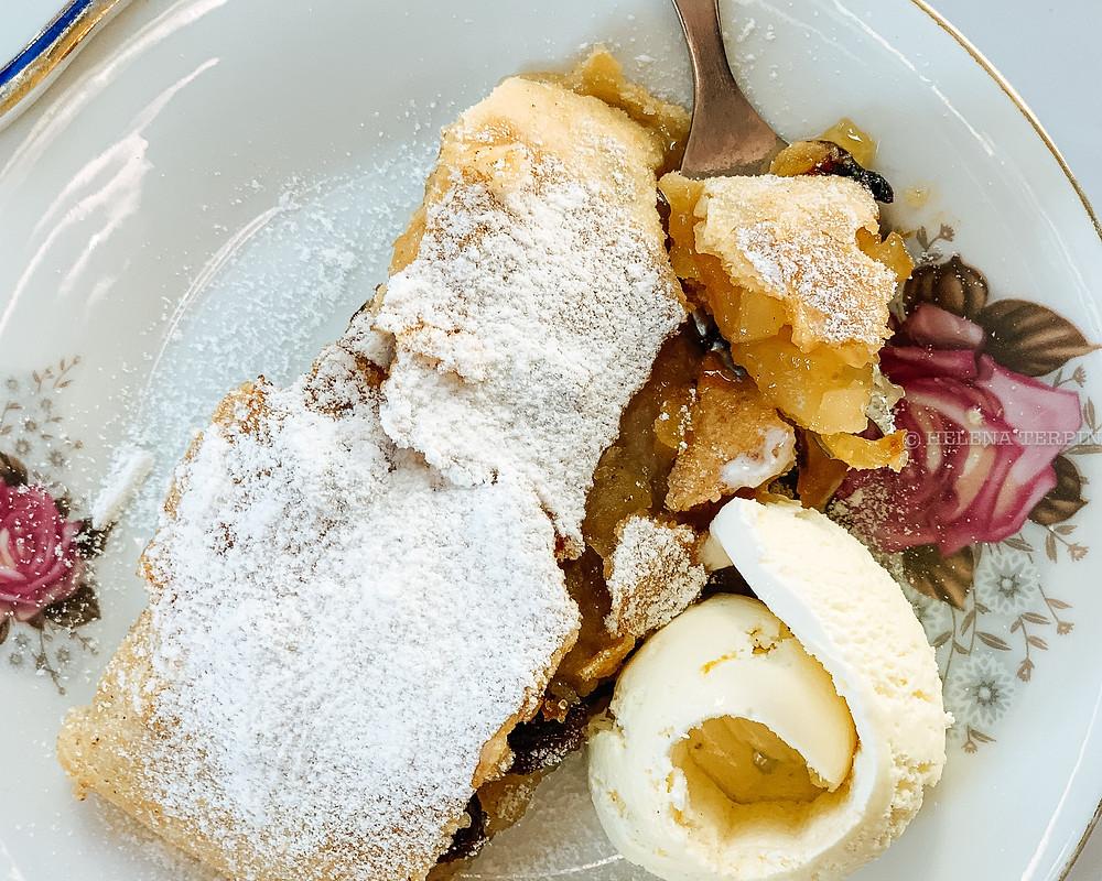 jabolčni zavitek, štrudelj, jabolčni štrudelj, zavitek, sladica, hitra sladica, rozine, jabolka, vanilijev sladoled, sladoled, vlečeno testo, hitro pečeno, zelo dobra sladica, nedeljska sladica, helenine čarovnije, jabolčni helenine