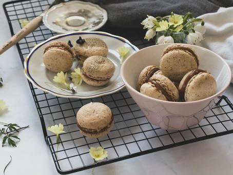 Makroni iz mletih orehov, polnjeni s slano karamelo