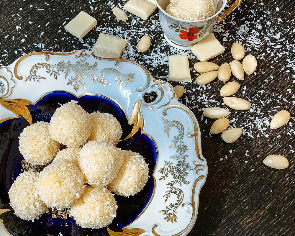 raffaello, kokosove kroglice, kokos, bela čokolada, mandlji, olupljeni mandlji, starinski krožnik, skodelica, domače, brez peke, puding, smetana