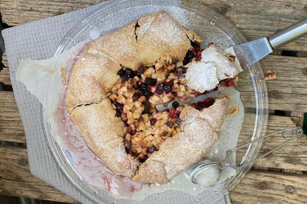 jabolka, sladice iz jabolk, galeta, jabolčna galeta, galetta, hitre sladice, enostavne sladice, 220 stopinj poševno recept, helenine čarovnije, leaneen, borovnice