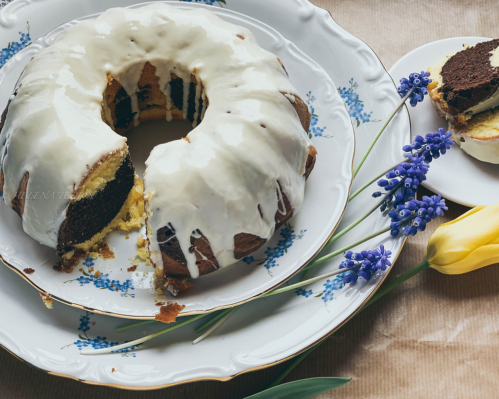 marmorni kolač, kolač, velika noč, sladice za veliko noč, praznična sladica, enostavna peka, kakav, vanilija, jajca, maslo, penasto maslo, kakav šnite, glazura, bela čokolada, okusno