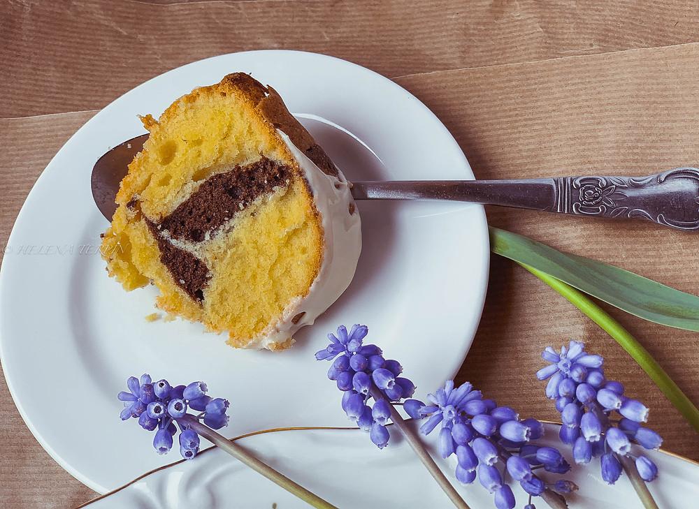 marmorni kolač, kolač, velika noč, sladice za veliko noč, praznična sladica, enostavna peka, kakav, vanilija, jajca, maslo, penasto maslo, kakav šnite, glazura, bela čokolada, okusno, star pribor, žlica, pomlad, vzorec, marmor