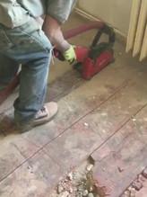 Řezání podlahy bezprašnou flexou