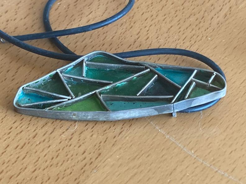 Hanger groen in de lente. emaille/zilver