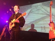 Scieur Z joue de la guitare, chante en spectacle
