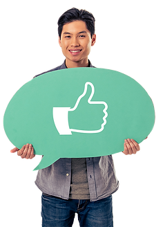 homme brun asiatique portant panneau bulle verte et pouce facebook