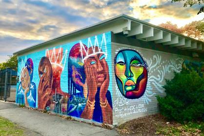 Murale située sur le mur de la piscine du parc Martin-Luther-King, MTL! Projet en collaboration avec la CDC de CDN, l'arrondissement de CDN-NDG et la Ville de Montréal.