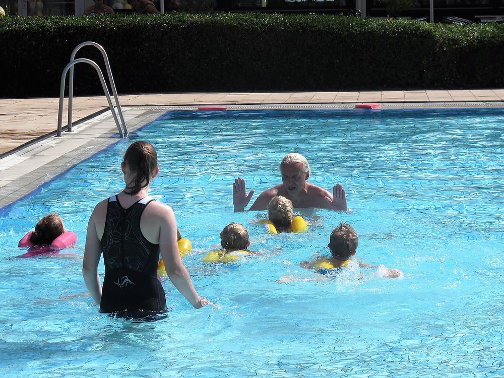 Schwimmlehrer Peter Tomshöfer mit seinen Schülern