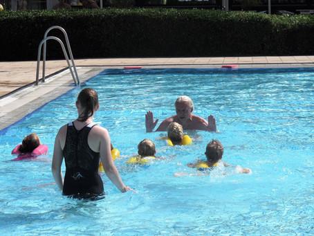 Wichtige Aufgabe: Schwimmen lehren