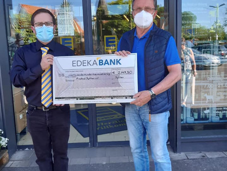 Spendenübergabe bei EDEKA