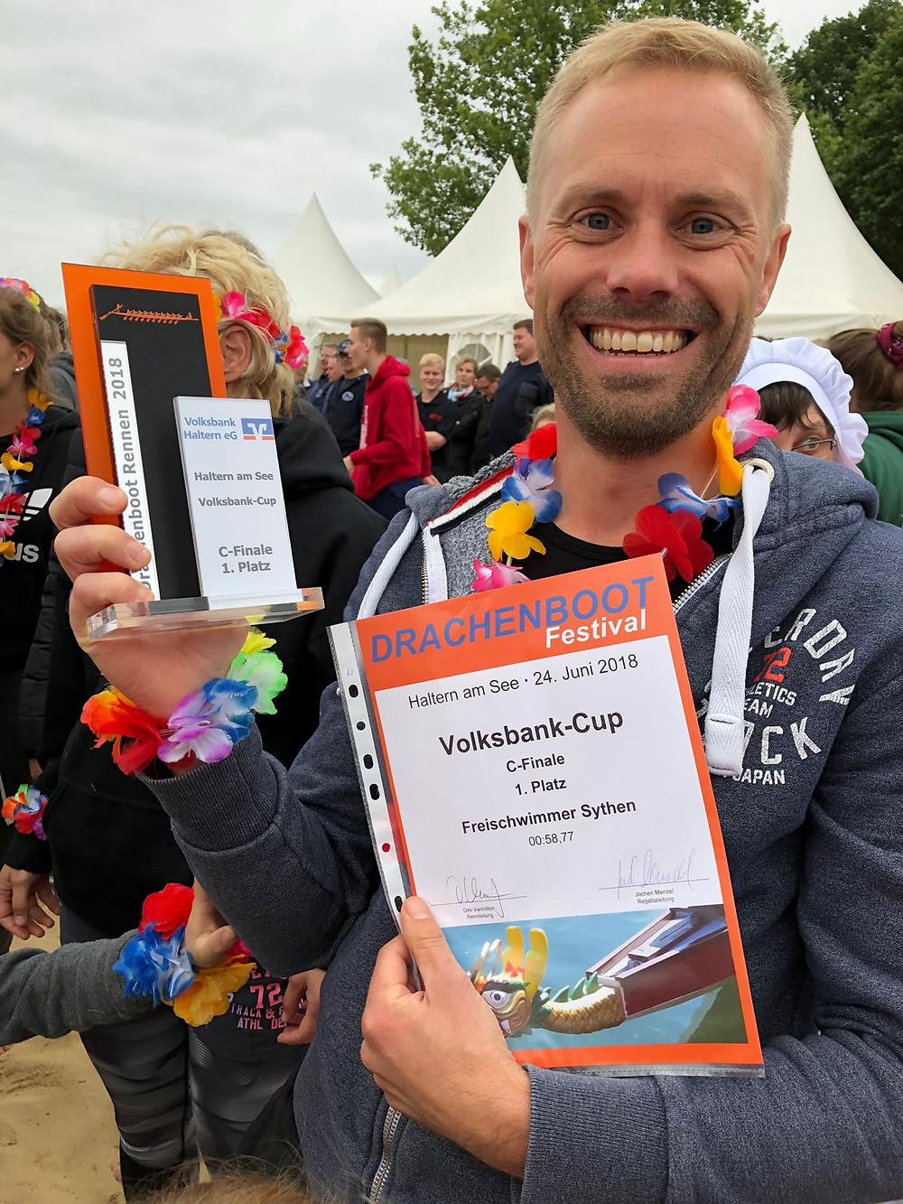 Mannschaftskapitän Stephan Haverkamp präsentiert stolz Urkunde und Cup!