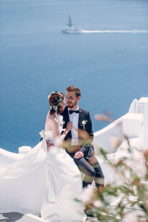 Wedding and prewedding in Santorini in front of the eagean see by David Brenot