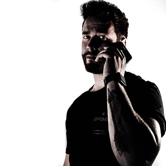 Homem segurando celular para entrar em contato com alguém