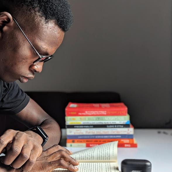 Homem negro lendo uma história