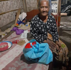 an old lady in Buleleng receiving our Rp. 100.000 food bag