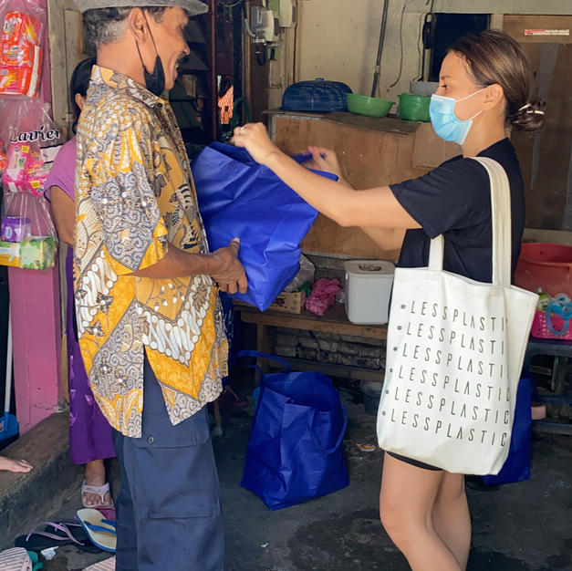 HopeForBali founder giving our Rp. 100.000 bag containing food staple