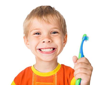 Criança sorrindo com dentes bonitos e escova de dentes, odontopediatria.