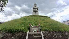 한 여름날의 두 무덤 이야기