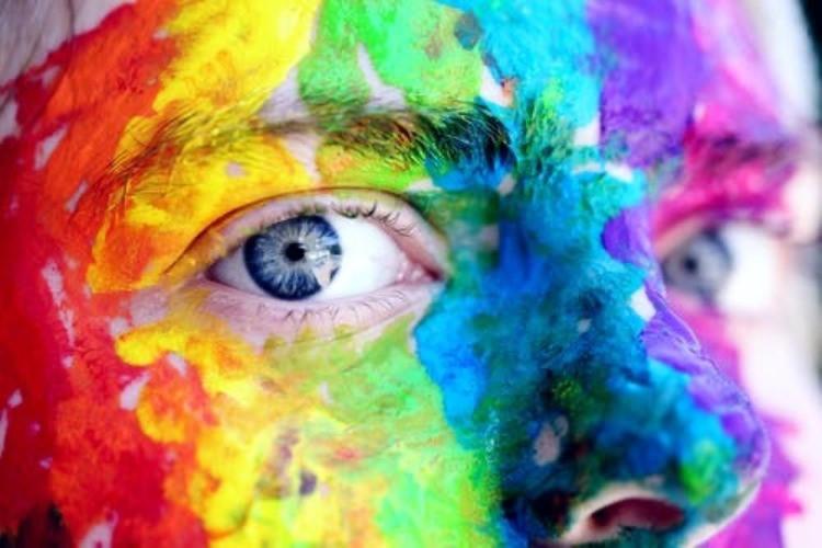 Donna con arcobaleno dipinto nel viso