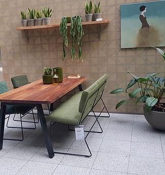 Rondo eettafel walnoothout met eetbank en stoelen.jpg