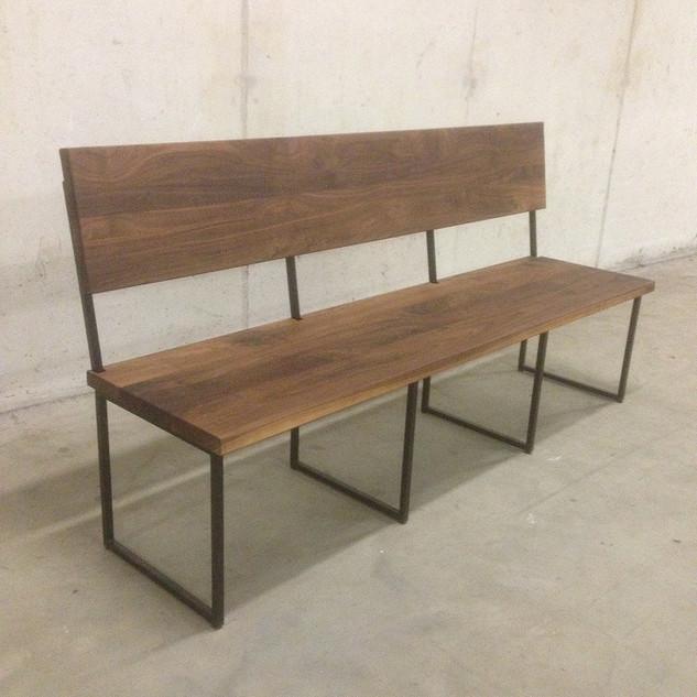 Eetbank van noten hout