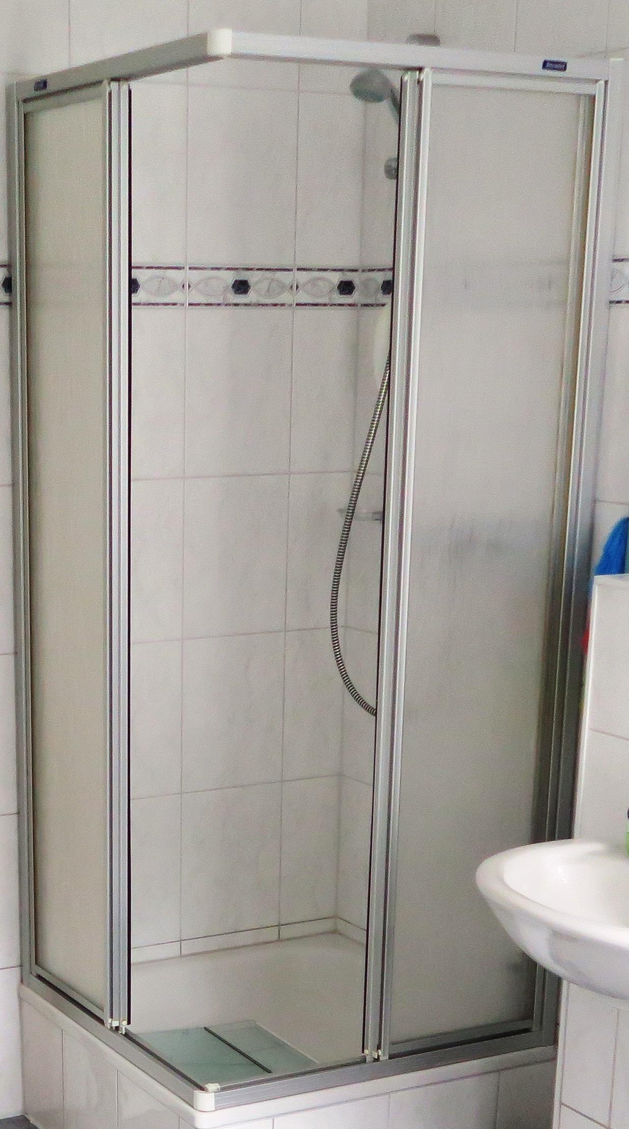 einfache Duschkabine