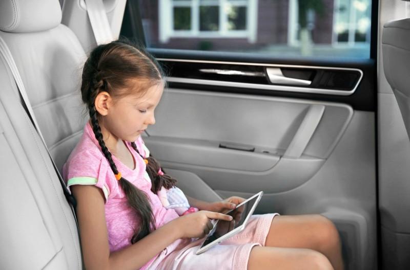 menina lendo dentro do carro