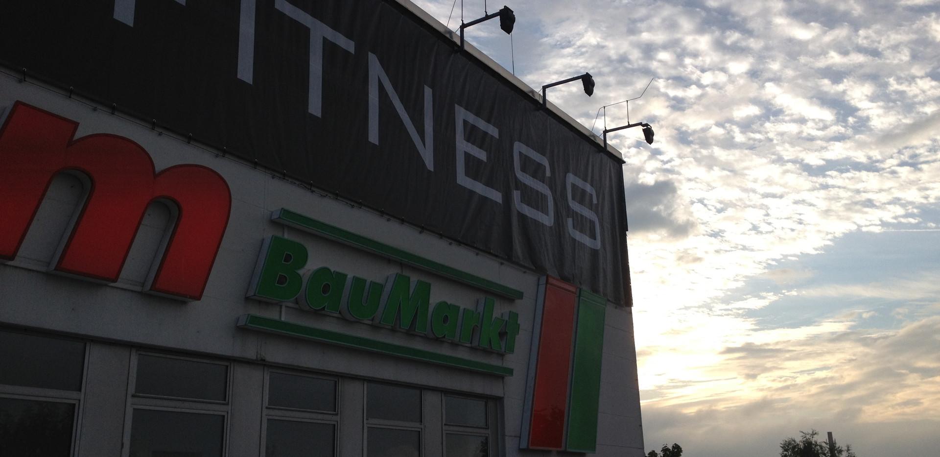 Meshbanner, Gesamtlänge um das Gebäude ca. 80 m, Höhe ca. 3,50 m