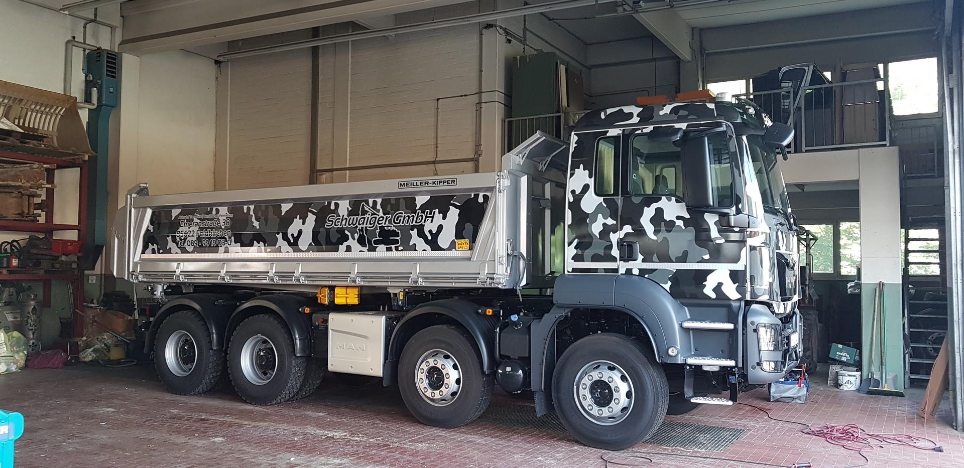 Kipper mit Vollverklebung Führerhaus im Winter-Camouflage-Design