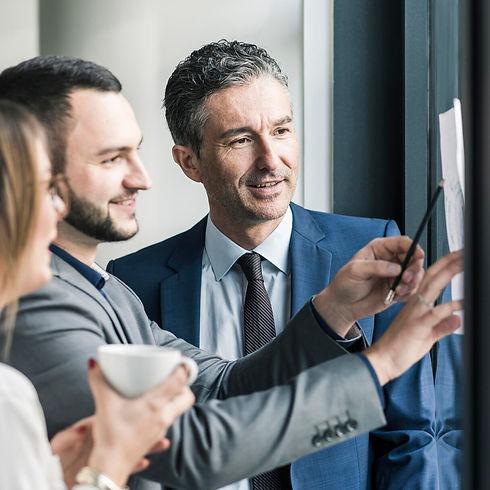 Drei Business Leute freuen sich über erfolgreiches Konzept
