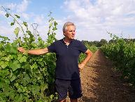Alain Chadutaud dans ses vignes.jpg