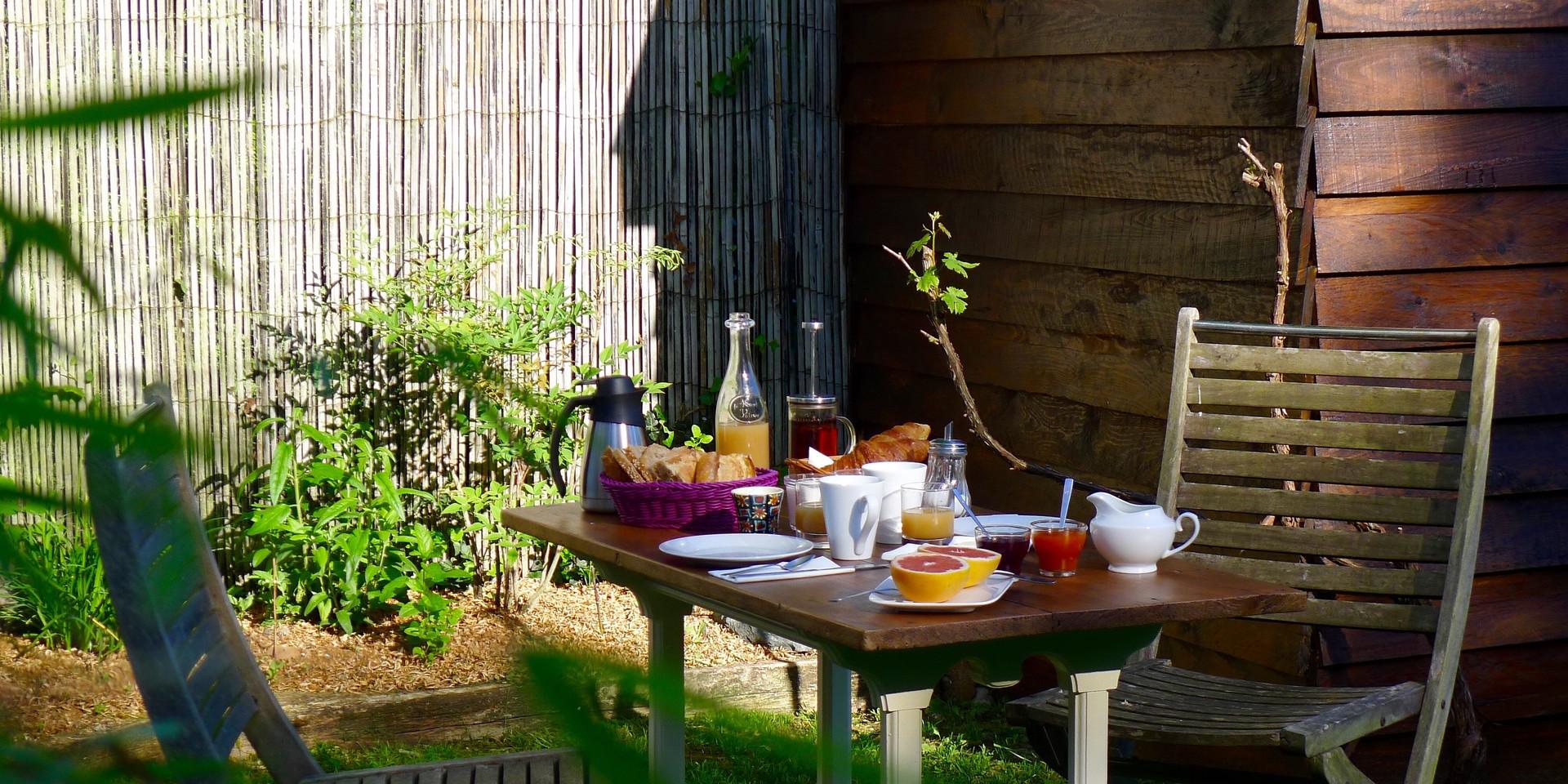 petit déjeuner en extérieur de la chambr