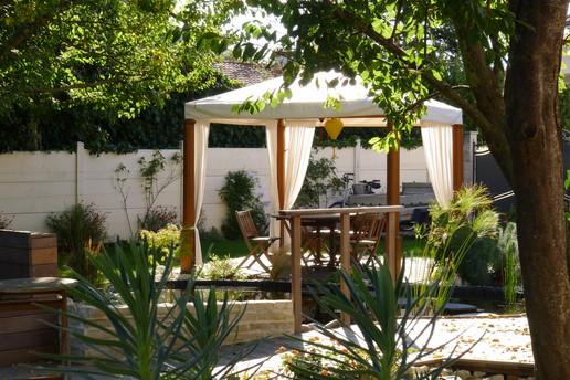 Terrasse sous la tonnelle en bois