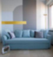 Soggiorno blu con la parete grafica