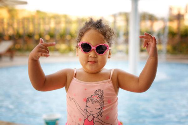 jeune fille obèse à la piscine