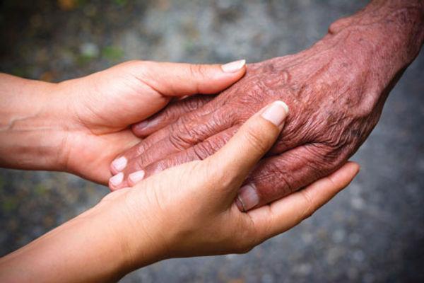 Mains de jeune femme qui tiennent les mains d'une personne agée. Fare Matahiapo
