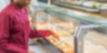 Femme qui vérifie la température des aliments - hygiène alimentaire
