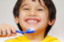 Petit garçon qui se brosse les dents - Le centre d'Hygiène dentaire (CCSHD)