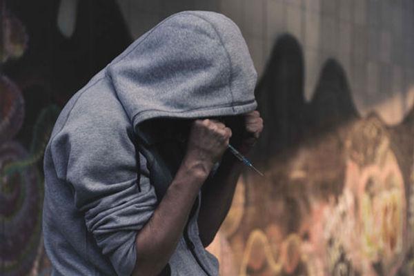 Homme avec une seringue dans la rue - Le centre d'Alcoologie et toxicomanie (CCSAT)