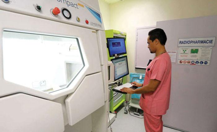homme devant des appareils médicaux à l'Hopital Afareitu - Tahiti