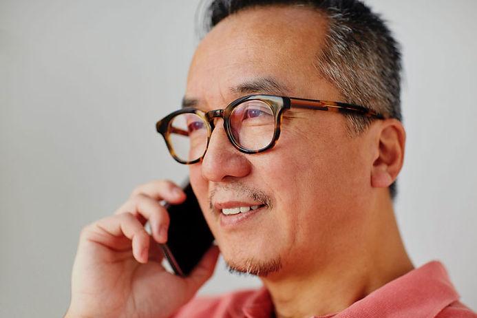 Homme sénior portant des lunettes de vue