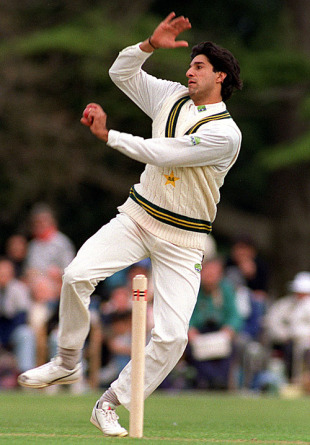 Wasim-Akram-Bowling