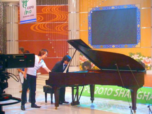 スタインウェイピアノの音色について、話し合うユンディと筆者。