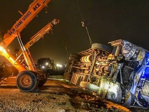 A bus - tempo collision in Kanpur killed 17 people.