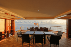 Atoll lounge Area of floating bar